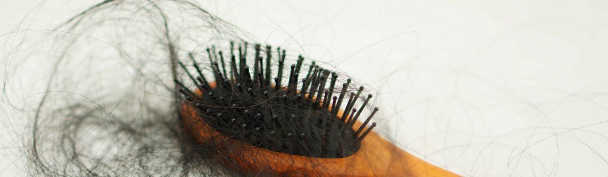 Conheça o eflúvio telógeno, um tipo de queda de cabelo
